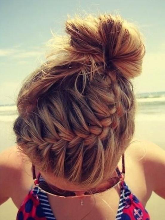 Vlecht je haar bovenaan in, beginnend aan de ene kant, eindigend achteraan aan de andere kant van je hoofd. Maak met het losse haar een nonchalante knot.