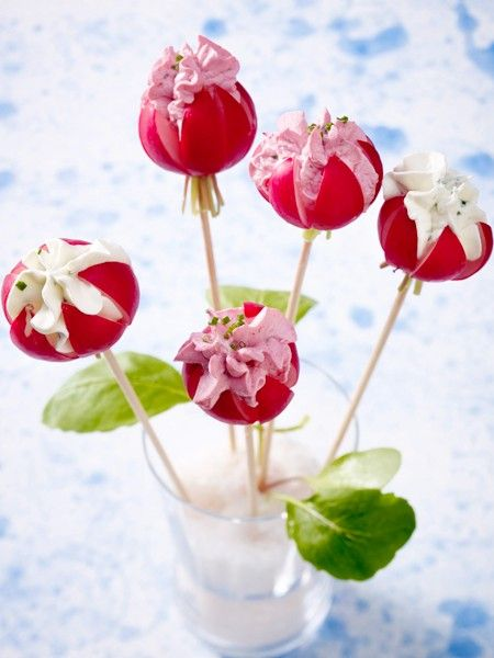 Die leckeren Snacks in Lolli-Form gibt es jetzt in neuen Dimensionen, denn nicht nur süße Küchlein lassen sich in Stielform bringen. Begeistern Sie Ihre Gäste ab sofort mit herzhaften, sauren oder Veggie Pops.