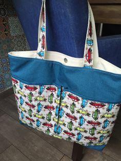Bolsa em tecido acquablock ( impermeável ) com bolsos em tecido 100% algodão, forrada e com bolso interno.  Obs: objetos não incluídos.