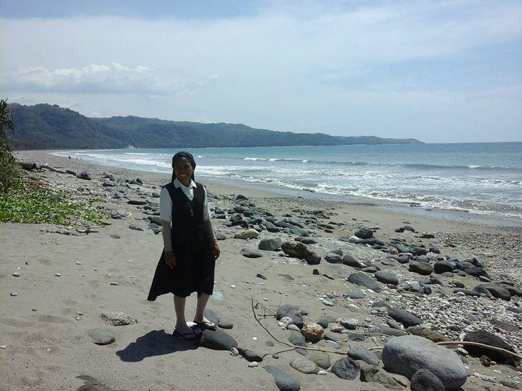 Deru gelombang laut pantai utara (menuju Manubelon) dengan tiupan angin sejuk membuat mata ini sayup. Hamparan biru pantai Siumolo memanjakan mata. Menatap kagum alamia. Hati terasa plong di sejen…