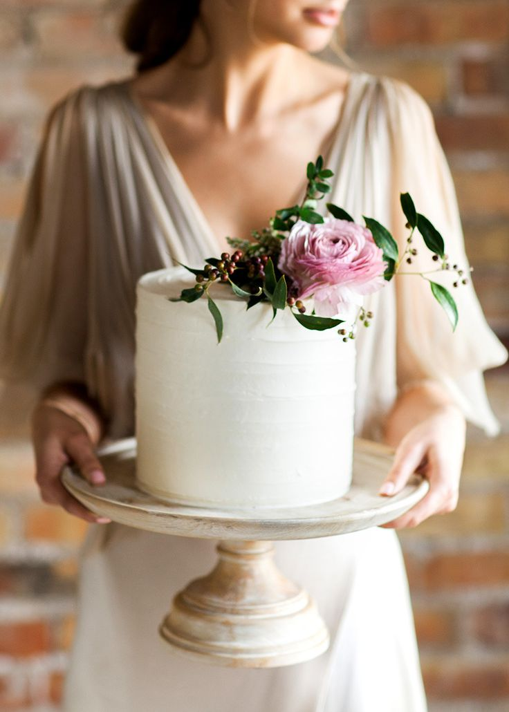 Beautiful single tier with fresh flowers and textured buttercream | by Flour & Flourish