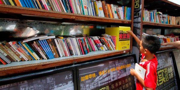 Os usuários podem ler livremente e em seguida, pagar pelos livros que  escolherem, deixando o dinheiro em uma caixa selada de cor amarela.