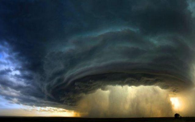 """I tornado in Usa fanno una strage...milioni di dollari di danni... 26 vittime, 50 mila persone senza elettricità e danni per milioni di dollari. Questo è il bilancio della """"tempesta perfetta"""" che si è abbattuta in Texas, Usa, che ha visto scagliarsi contro lo stato, #tornado #usa"""