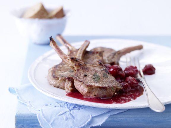 Lammkoteletts mit Kirsch-Ingwer-Sauce: in Rotwein mariniert und hinreißend fruchtig-aromatisch begleitet.