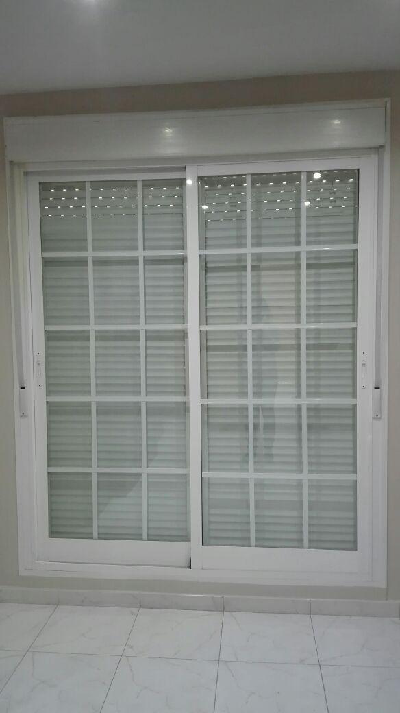 Vendo puerta/ventana corredera de dos hojas de aluminio blanca de 181cm de ancho por 227cm de alto con cristales climalit y con barrotillo decorativo. Incluye caja de persiana con dos persianas independientes (una por cada hoja) con sus correspondientes cintas. Su estado es impecable, se encuentra en perfectas condiciones. Las cintas de las persianas son nuevas, se cambiaron hace un año. A recoger en Alcalá de Henares. Atiendo a WhatsApp: 6 siete 9 cinco 8 uno 6 cero 6. Precio negociabl...