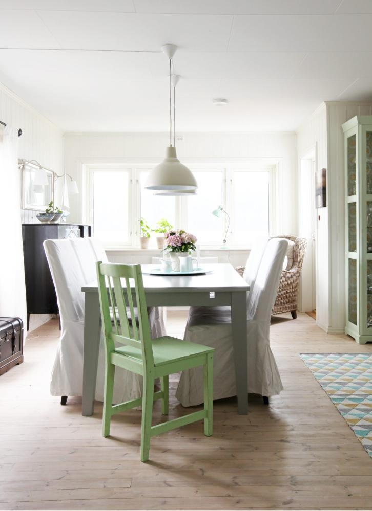 EN FARGEKLATT: Spisestuemøblene er fra Møbelringen. Stolene, som egentlig har skinnseter, er dekket med trekk fra Ikea. Bordet har også fått ny farge, det var mørkebrunt. Lampene er fra Ellos. Enn grønnmalt stol frisker opp i alt det hvite.