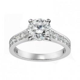 Se trata de un anillo de compromiso.  Hablamos de una media alianza, es decir, de un anillo de compromiso que lleva diamantes hasta la mitad de su contorno. En este caso, los diamantes colocados son de distintos tamaños, uno central más grande y los demás alrededor de éste más pequeños. Puedes adquirirlo en www.joyeriaydiamantes.com
