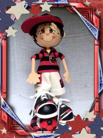 Boneco de EVA em 3D, especialidades times de futebol. Torcedor(a) do Flamengo podem variar de saia para bermuda, assim como a bola, podendo ficar no pé ou de baixo do braço, ficando por escolha do cliente. Cor dos cabelos, dos olhos, também é por escolha do cliente, assim como os enfeites... R$ 40,00