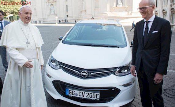Papież Franciszek dostał nowy samochód z rekordowym zasięgiem. Opel ampera-e lepszy niż maybach?