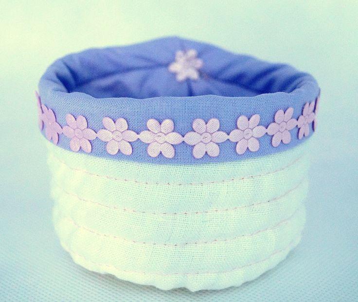 Koszyczek tekstylny   Wykonany z tkaniny lnianej i bawełnianej   Wymiary:   średnica otworu: 9 cm   wysokość: 7 cm   głębokość: 7 cm   Zapraszam do wiosennych zakupów   wiecej info na priv   joyfulworks4you@gmail.com