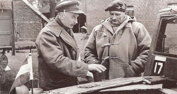"Sir Bernard ""Monty"" Montgomery im Duffle Coat."