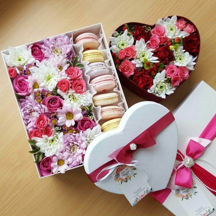 Подарочная коробочка с цветами и макаронс от Pidu 24 Agentuur- вкусный и красивый подарок для любого торжества. Для заказа www.pidu24.eu или www.facebook.com/teiepidu . Karp lillede- ja macroonidega. Lilled karbis.