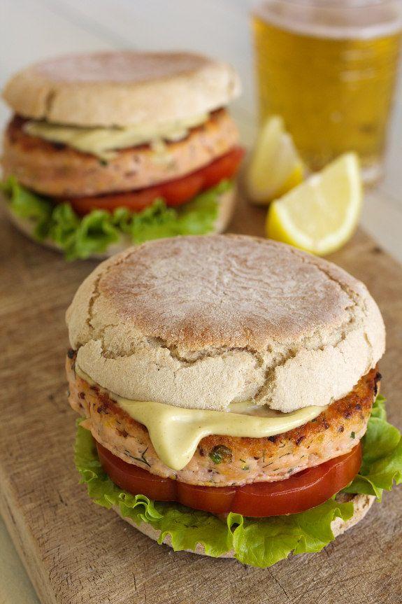 Cinco Quartos de Laranja: Hambúrguer de salmão em bolo do caco com maionese de wasabi