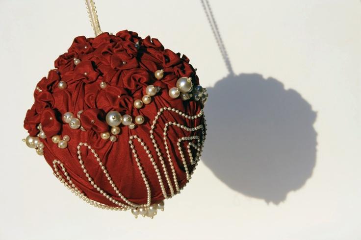 Gina. Bouquet a borsetta con piccole rose rosse e ricco ricamo in perle in diverse dimensioni. Un'esplosione di classe da portare sul polso.  #MadameBouquet #LeDiveDelCinema #BouquetCreativo #sposaAlternativa #BouquetAlternativo