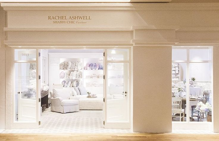 2015年8月21日(金)、京都・河原町の京都BALに「RACHEL ASHWELL SHABBY CHIC Couture Kyoto(レイチェル アシュウェル シャビーシック クチュール 京都店)がオープンしました。 インテリアブランド・RACHEL ASHWEL SHABBY CHIC Coutureは、Rachel Ashwell(レイチェル・アシュウェル)によって、1989年、米・カリフォルニアのサンタモニカに創設。現在はカリフォルニアやニューヨーク、ロンドンなど世界中に6店舗を展開しています。 日本には2014年に上陸し、同年8月に東京・千駄ヶ谷に旗艦店をオープンしました。京都店は、日本2号店目です。 河原町通りに面した京都店は、陽がやさしく差し込む居心地の良い空間。アイコン的存在であるスリップカバー付きソファやベッドを始め、ヴィンテージ家具やシャンデリア、リネン、テーブルウェアまで、暮らしのアイテムが一堂に揃います。 また、京都店オープンのために特別に作られたグラスやクッションなども並びます。 創設以来提唱してきた「美しさ、快適さ、RASCC-KYOTO_001