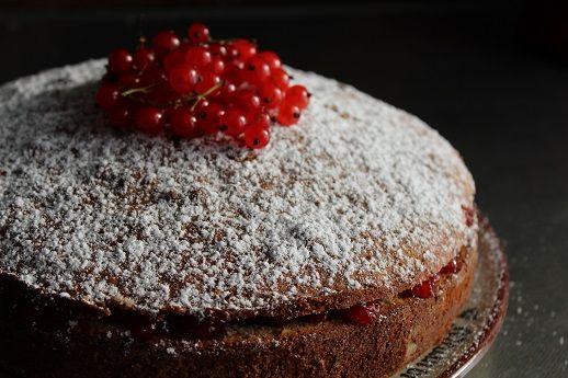 Naturligt glutenfri kaka bakad på bovete och nötter, med ett lager rödvinbärssylt i mitten. Otippat god, och jag blev glatt överraskad när jag hittade den av en slump på ett kondis i Merano i Südti…