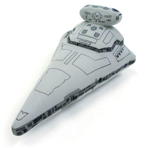 Peluche Destructor Estelar 15 cm. Star Wars Bonito peluche de 15 cm 100% oficial y licenciado de la nave Destructor Estelar, el exponente del poderío militar del Emperador y aparecida en la exitosa saga de Star Wars.