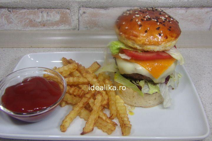 Hamburger este foarte simplu sa preparam acasa si va fi mai gustos si mai sanatos decat cel din oras. Daca dorim cheesburger adauga si o felie de branza to