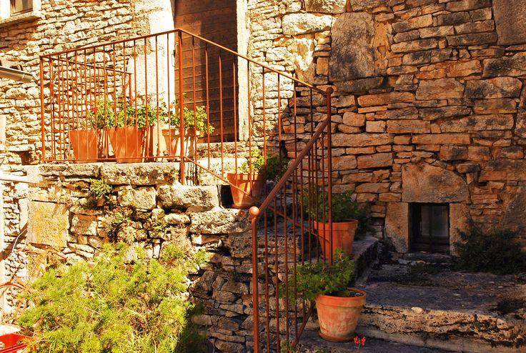 Ombre et soleil sur les pierres de la maison à Espédaillac.