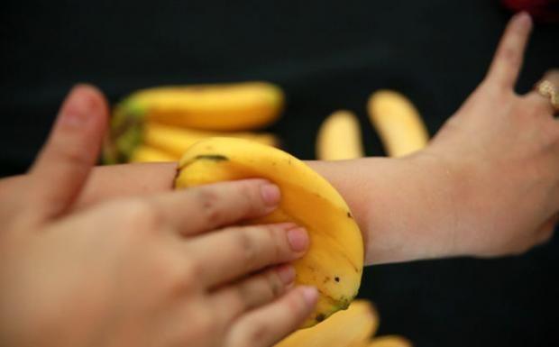 La cascara es muy importante por lo que nunca se debe tirar a la basura se debe conservar para hidratar la piel, previene las arrugas, también para eliminar hematomas, las bondades de esta cascara es para diferentes usos... Mira lo que sucede cuando pones una cascara de banano sobre tu piel