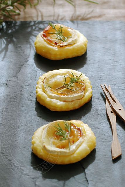 Pastry Tarts with Goat Cheese, honey and rosemary... you can translate this page!