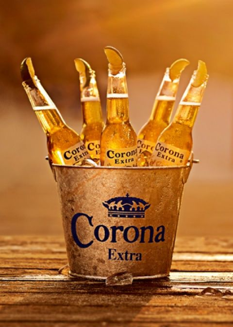 corona extra es una cerveza mexicana  +it is a drink i love +it's in a bucket of ice