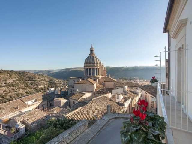 Ragusa Ibla (Sicily) Would you like to discover Montalbano's Sicily? Discover our Eco Tour 6-9 oct 2017  #sicily #sicile #sizilien #holiday #vacance #urlaub #ecotour #ecotourisme #okotour #commissariomontalbano #fiction #rai1 #ragusa #unaltrasicilia #visitsicily
