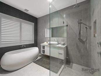 Modern bathroom design with freestanding bath using frameless glass - Bathroom Photo 8111957