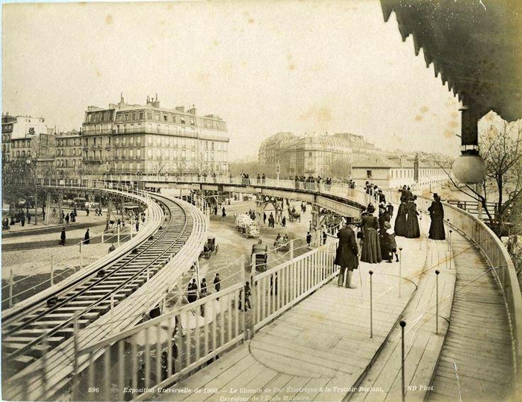 Le chemin de fer électrique et le trottoir roulant, devant l'Ecole Militaire, lors de l'Exposition Universelle de 1900