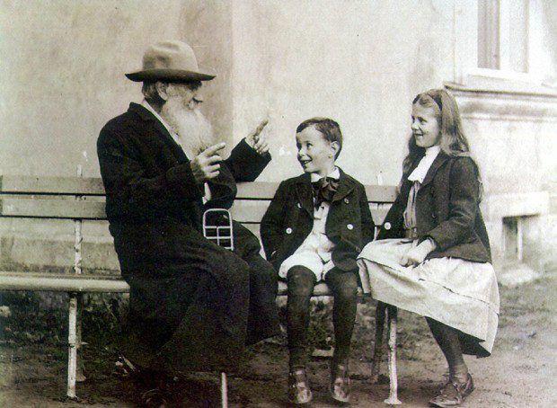 Leo Tolstoy contando uma história para seus netos, em 1909.