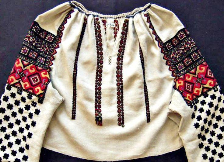 Ukrainian embroidered blouse from Bukovina (1890). Ukrainian Museum of Canada, Alberta Branch. Українська вишиванка з Буковини (1890 рік). Украинская вышивка.