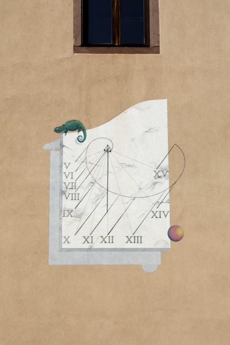 Guebwiller : cour du lycée Théodore Deck rue des Chanoines, pignon d'un bâtiment [inv. SAF : 6811204-1] cadran déclinant du matin, peint en trompe l'œil sur crépi, lignes chiffrées en bout, style polaire avec une embase