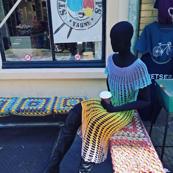 Tante Truus en dr nieuwe Boho #gehaakte #jurk zitten voor de winkel te chillen. Kom je ook even kijken? Het patroon is vanaf vandaag gratis af te halen in de winkel, en verschijnt vanmiddag ook op de site! #stickscups #sticksencups @scheepjes #scheepjeswhirl #whirl #crochet #haken