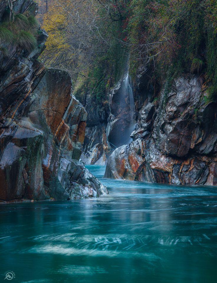 Skurile Felsen im Valle Verzasca, Tessin, Schweiz. Diese Aufnahme entstand mit einer Sony A7 und einem Canon FDn 85mm-Objektiv.