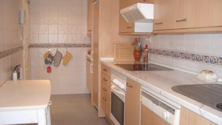 Stand Inmobiliario Marbella  #Apartamento en #venta en #BahiaDeMarbella  Apartamento de 2 dormitorios, 2 baños, orientado al sur-oeste, aire acondicionado frío/calor, completamente #amueblado, con suelos de mármol, suelos radiantes en los baños, plaza de #garaje, #trastero, el complejo tiene #vigilancia, #jardín comunitario con #piscina.  Contactenos info@standmarbella.com…