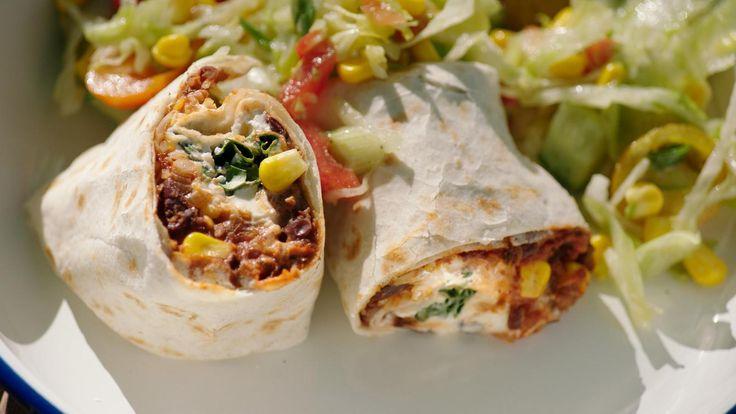 Jeroen had nog wat bolognesesaus over van een eerder gerecht en maakt er met wat extra kruiding en een blik rode bonen een Mexicaanse burrito van. Lekker eten uit het vuistje voor op de camping!