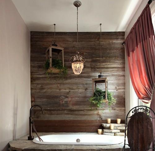 Baignoire, rideau et mur en bois