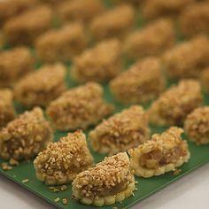 MUHTARIN KIZI EMİLİ kurabiyelerimizin üzerlerine yumurta sarısını sürdük ve iri kıyılmış fındık ile dekore ettik ..Şimdi fırına doğru yola çıkıyorlar ..140 derecede ,önceden ısıtılmış fırında, 10 dakika pişirilmek üzere.... #fatihgulluoglutarifleri