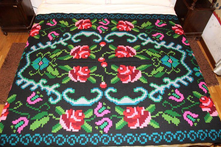 Coperta di lana lavorata a mano con disegnio floreale (12 rose rosse).205×140. di TRADIZIONALE su Etsy