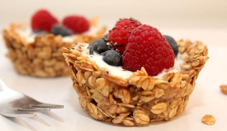 Joghurt-Haferflocken-Cups mit Beeren-Topping
