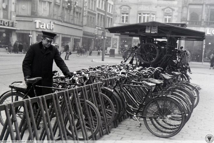 Parking rowerowy we Wrocławiu / Wschodnia strona Rynku - Strona Zielonej Rury. 01 kwietnia 1938