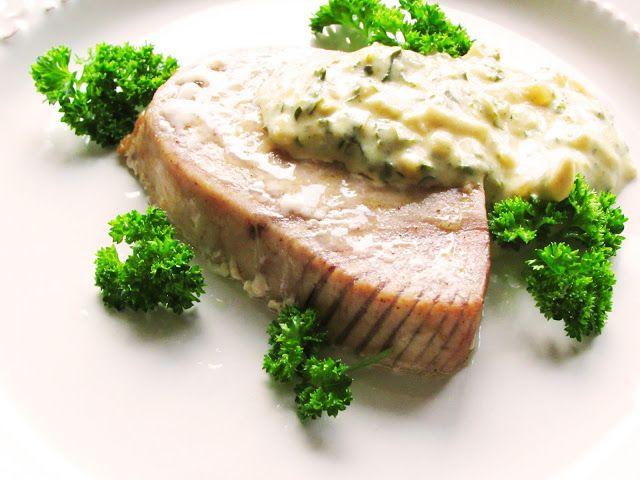 Stek z tuńczyka pieczony, podany z sosem musztardowym na winie i frytkami     Składniki:   4 filety z tuńczyka (świeże lub mrożone)   ...