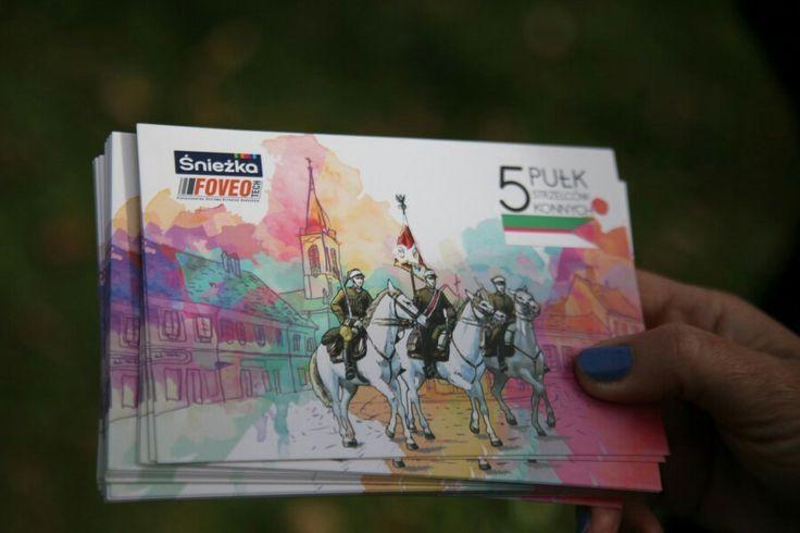Pamiątkowe pocztówki rozdawane podczas prezentacji muralu w Dębicy. Mural przedstawia poczet sztandarowy ułanów z 5 pułku strzelców konnych z Dębicy.