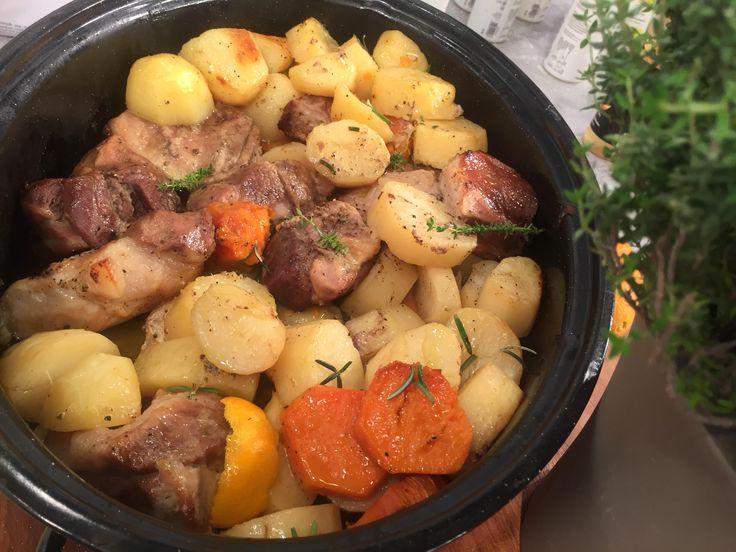 Αν το χοιρινό μαριναριστεί με εσπεριδοειδή, παίρνει άλλη γεύση. Το μαγείρεμά του στη γάστρα ολοκληρώνει την απόλαυση. Σερβίρετέ το με μελωμένες πατάτες και συνοδέψτε το με κρασί.
