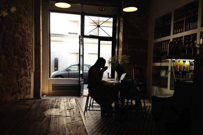 A la baguette (campagnarde) de ce très esthétique coffee-shop tout de pierre et bois vêtu, un néo-hippy barbu, Franck, qui la fourre de jambon Prince de Paris, moutarde à la violette de Brive, pickles au vinaigre parfumé au piment d'Espelette… Au poil également, les déclinaisons au jambon de pays du Périgord, au saumon et, bientôt, au hareng ou au pastrami.