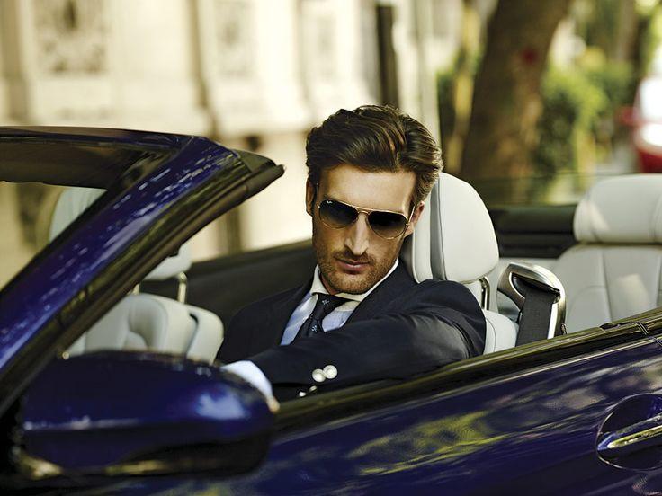 Blazer, camisa y corbata: ScalperS para el Palacio de Hierro, lentes: Ray-Ban y auto: BMW M6.