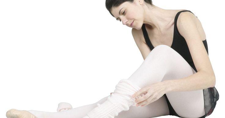 ¿Qué función cumplen las polainas en la danza?. Las polainas constituyen un elemento básico en el vestuario de los bailarines profesionales y aficionados desde el comienzo del ballet siglos atrás. Hoy en día, no sólo se utilizan en las clases de ballet, sino en otros estilos baile como jazz y danza contemporánea. Las polainas cumplen diversas funciones importantes en muchos aspectos de la danza.