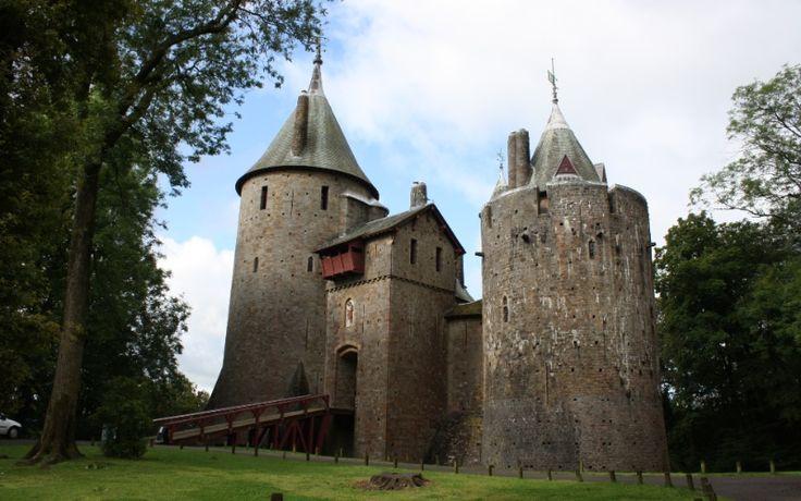 Fachada do Castell Coch, próximo à cidade de Cardiff. Castelo foi construído no século 13 e está aberto à visitação