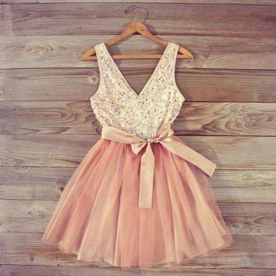 Vestido escote en v de cotton satén en rosa bebé bordado. Falda de tul ilusión