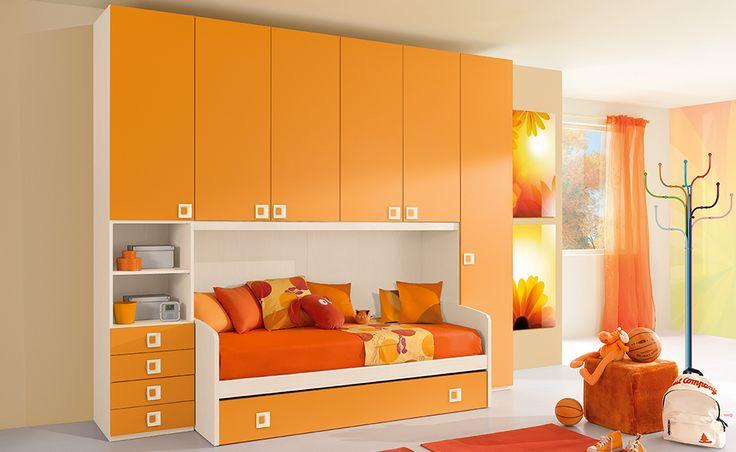 Se lo spazio a tua disposizione è poco, scegli il letto ponte della linea Alfa in betulla/mandarino.
